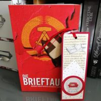 rotes Buch mit DDR-Emplem im Cover