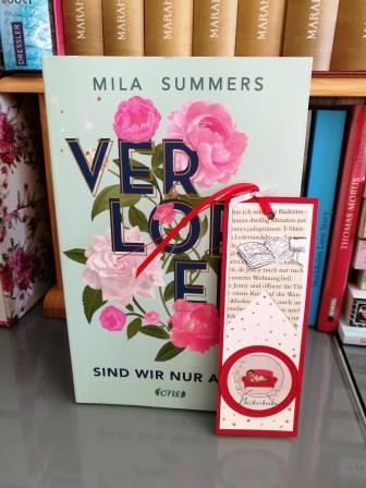 """Türkis farbenes Cover mir dem Titel """"Verloren sind wir nur allein"""" von Mila Summer. Das Wort """"Verloren"""" ist gold umrandet und mit rosa farbenen Blumen umgebens"""
