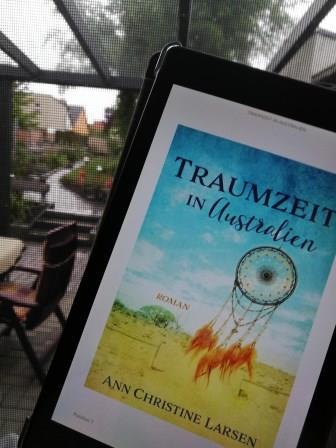 """E-Book Reader mit dem Buch """"Traumzeit in Australien"""" vor Regen"""