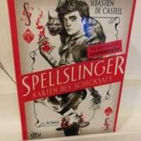 Buchcover in Form einer Spielkarte Titel: Spellslinger Autor: Sebastien de Castell